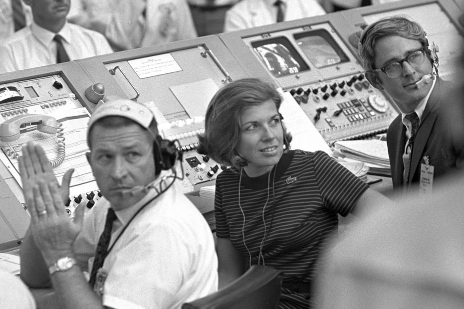 Fotografía de 1969 que muestra a JoAnn Morgan en el centro de comando en  Cape Canaveral, Fla.