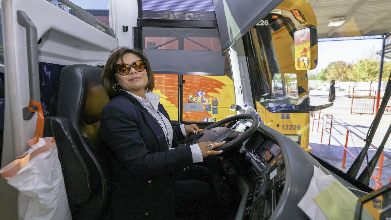 Las mujeres choferes son aún inusuales, pero Lourdes Mendoza, de 52 años, lleva más de una década como chofer de autobuses Tornado. Todas las semanas cubre la ruta Dallas - Laredo