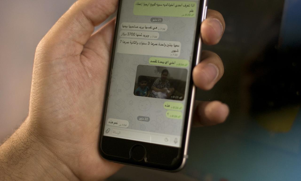 Una conversación en WatsApp muestra a una mujer y sus hijos que son ofrecidos en venta por militantes del Estado Islámico por $3,700. (AP/MAYA ALLERUZZO)