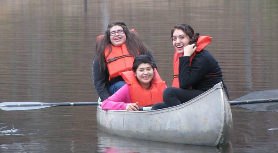 Estudiantes pasean en una canoa en el Campamento Gilmont. El programa es patrocinado por el centro Stewpot.(CORTESÍA)