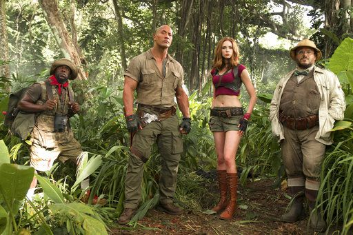 "Esta imagen de archivo proporcionada por Sony Pictures muestra a los actores Kevin Hart, izquierda, Dwayne Johnson, Karen Gillan y Jack Black en una escena de la película ""Jumanji: Welcome to the Jungle"". (Frank Masi/Sony Pictures vía AP, Archivo)"