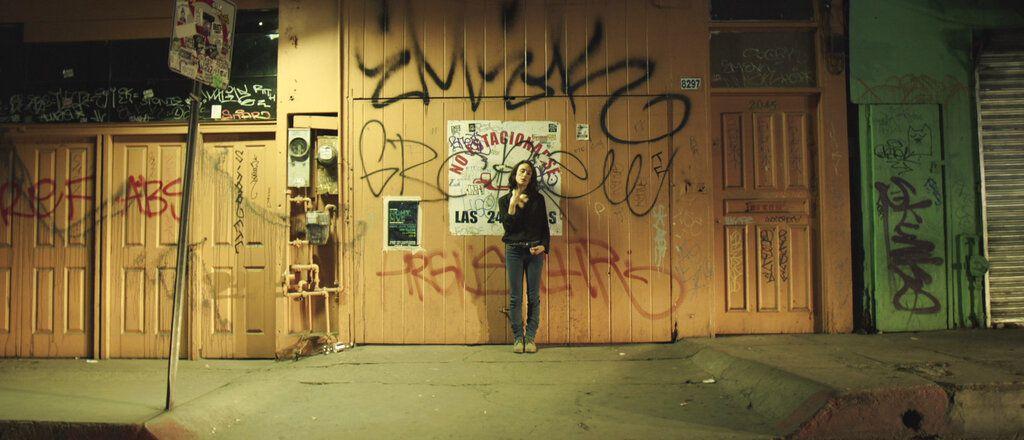 """En esta imagen proporcionada por EnAguas Cine, Sophie Alexander-Katz en una escena de la película """"Los días más oscuros de nosotras"""". (EnAguas Cine vía AP)"""