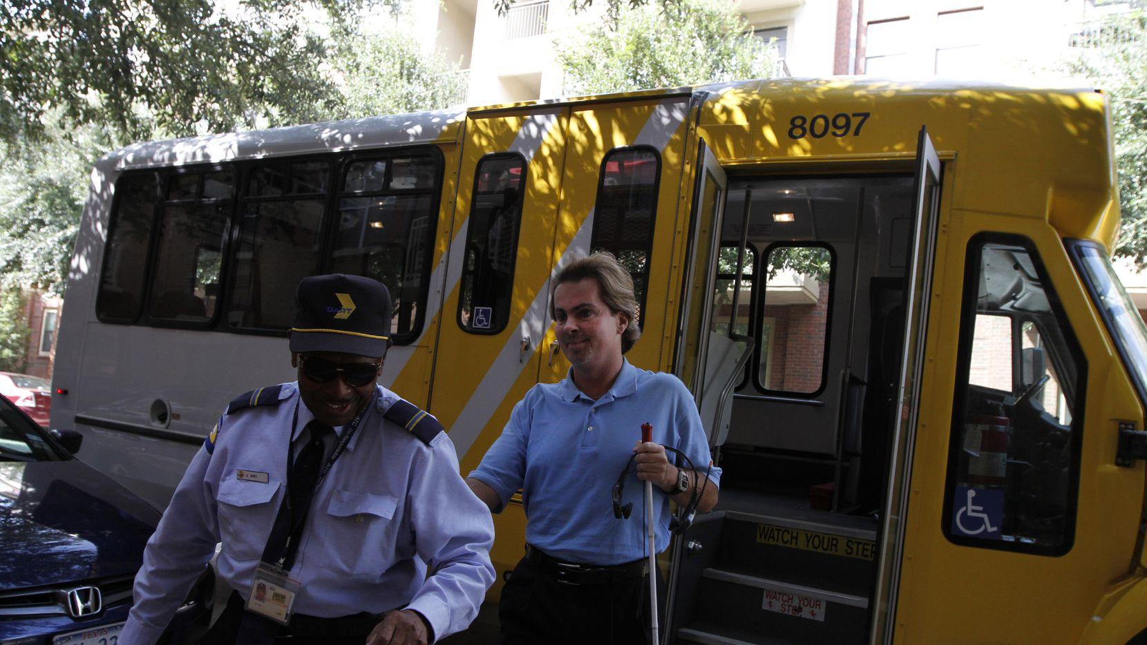 DART cuenta con una flotilla de autobuses de paratránsito que será utilizada para entregar compras de supermercado a sus usuarios.