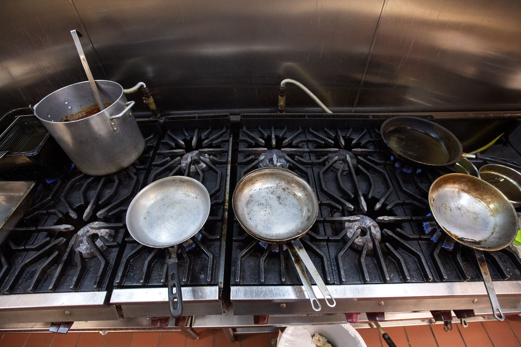 Sartenes sin utilizar en la cocina del restaurante Cuquita's en Farmers Branch.