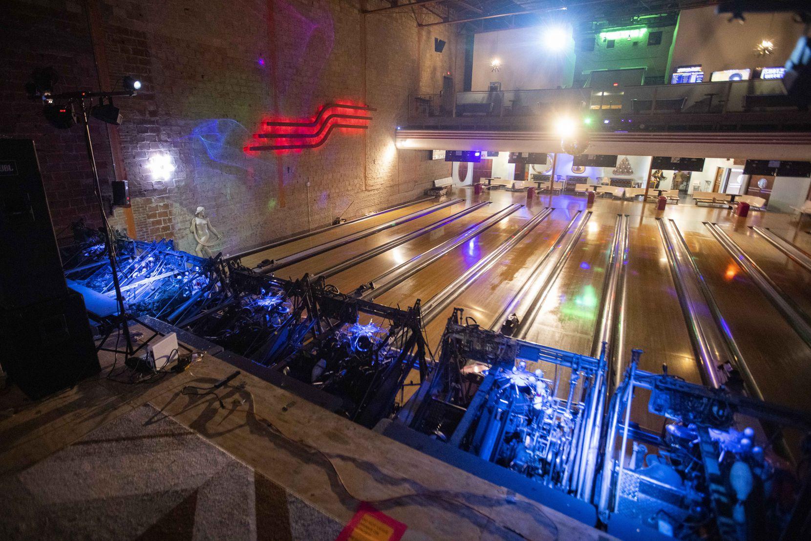 Una vista de las pistas de bolos desde el escenario frente a ellas muestra la configuración en Bowlski's.