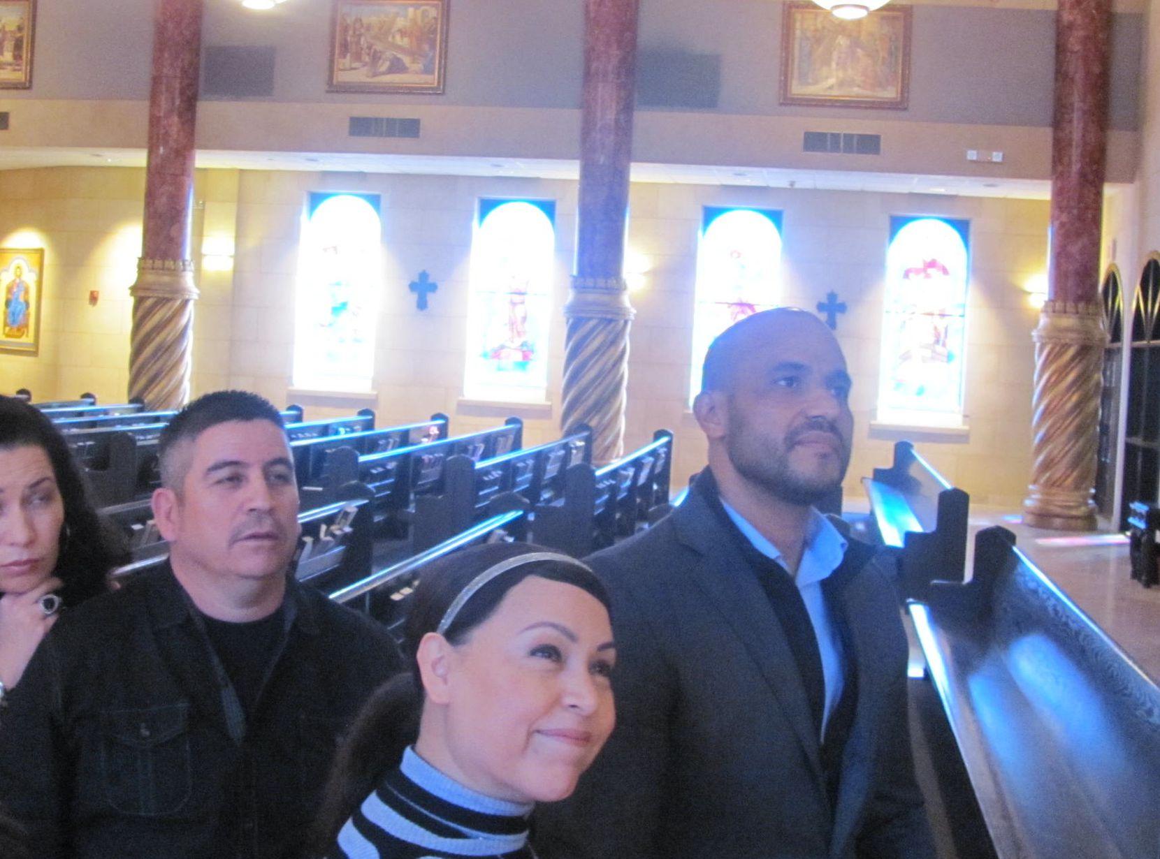 Juan Pérez (derecha) y su esposa Gloria Pérez (centro) toman un tour de la iglesia católica St. Elizabeth Ann Seton, en la que se explicó el significado de cada uno de los vitrales del tempo. Los Pérez viajarán a Ciudad Juárez en espera de ver al Papa Francisco.