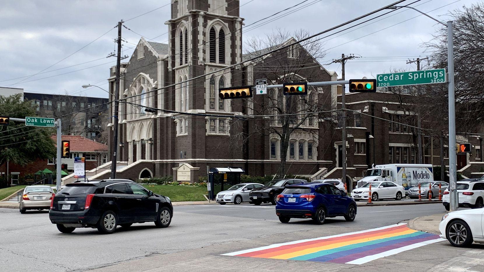 Esta semana se comenzaron los trabajos para pintar 10 cruceros con los colores del arcoíris en la avenida Cedar Springs, en la zona de Oak Lawn, conocido por ser el barrio gay en Dallas.