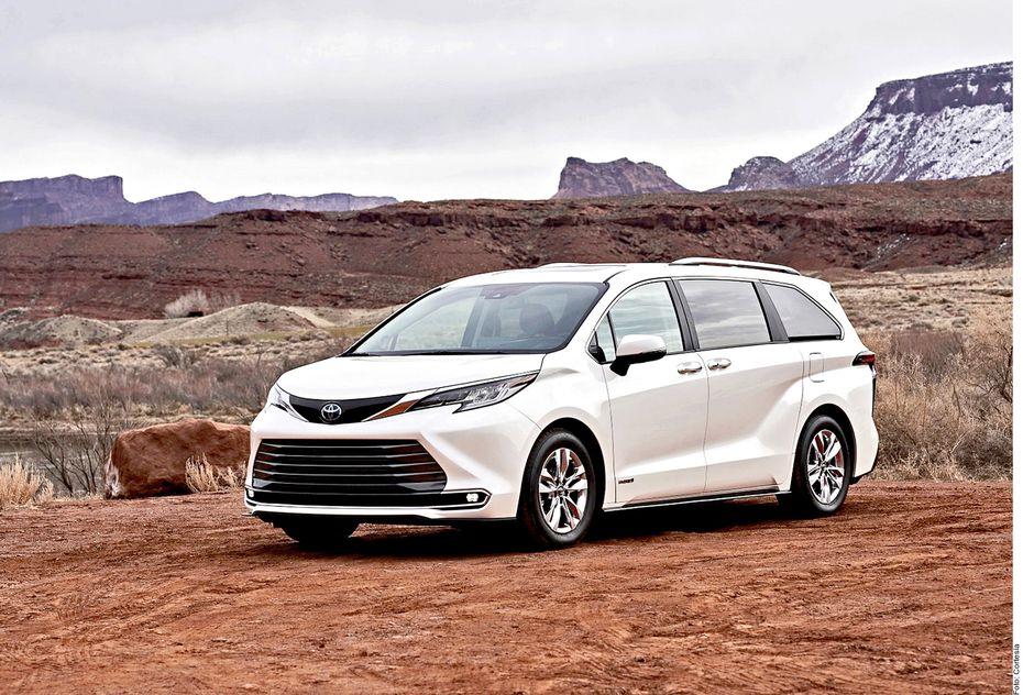 La popular minivan Toyota Sienna Híbrida tendrá una motorización a gasolina de 4 cilindros y 2.5 litros combinados con dos motores eléctricos que le otorgan una potencia de 243 caballos de fuerza.