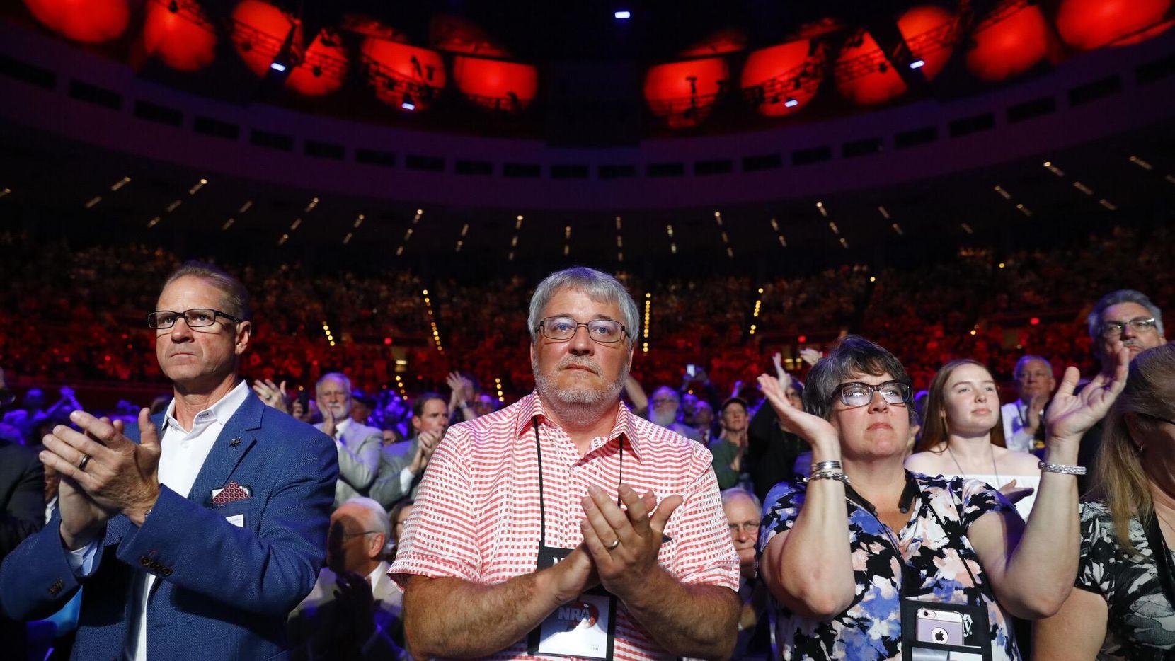 Cientos de simpatizantes del NRA llegaron hasta Dallas para la convención nacional de la organización y escucharon al presidente Donald Trump. (DMN/TOM FOX)