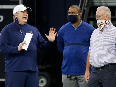 En entrenador en jefe de los Dallas Cowboys, Mike McCarthy (izq), habla con el vicepresidente de la franquicia, Stephen Jones, durante una práctica del equipo.