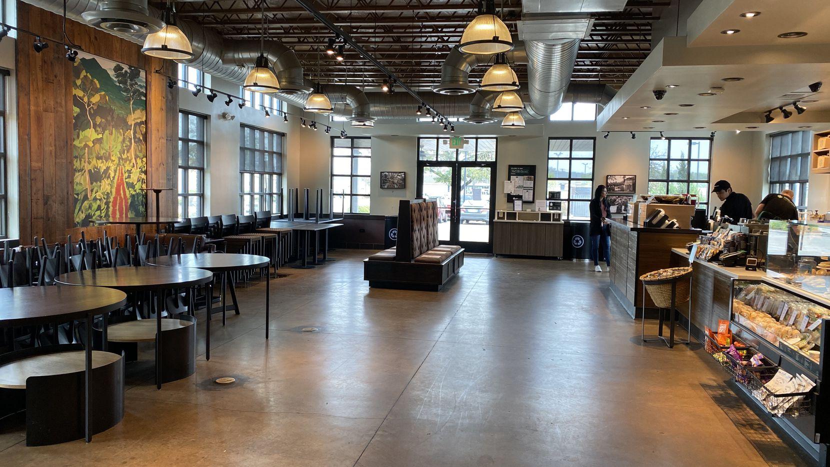 Starbucks en el Norte de Texas eliminaron área de asientos por coronavirus.