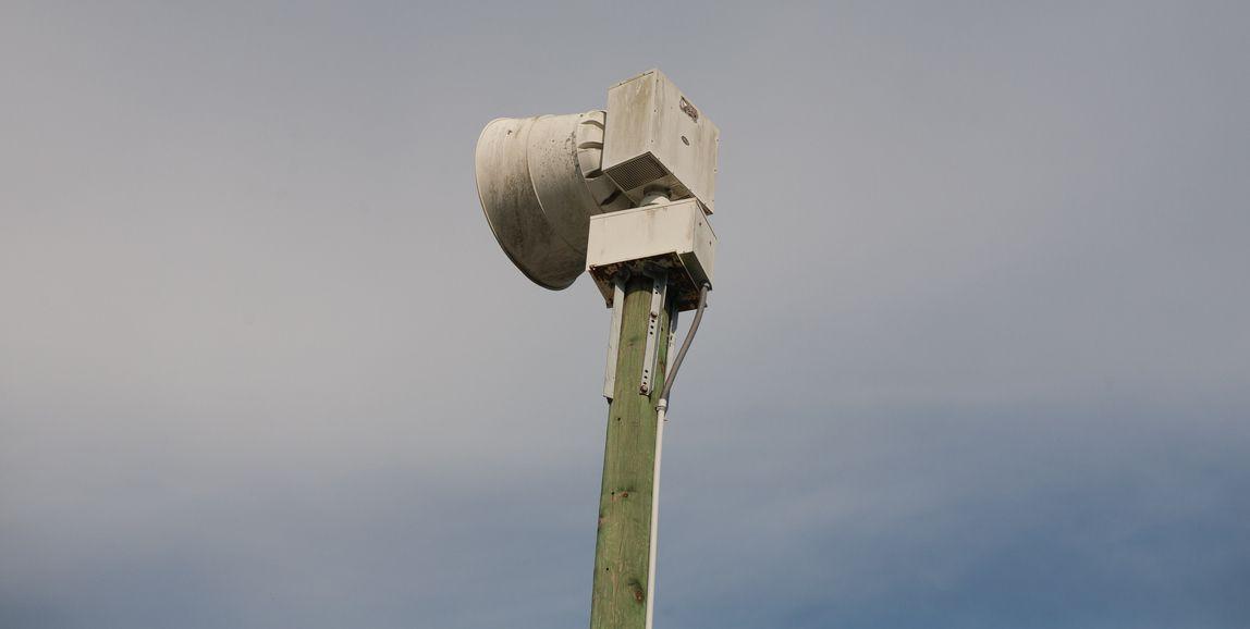 Una bocina del sistema de emergencia para alertar de tormentas y clima extremo en el norte de Texas.
