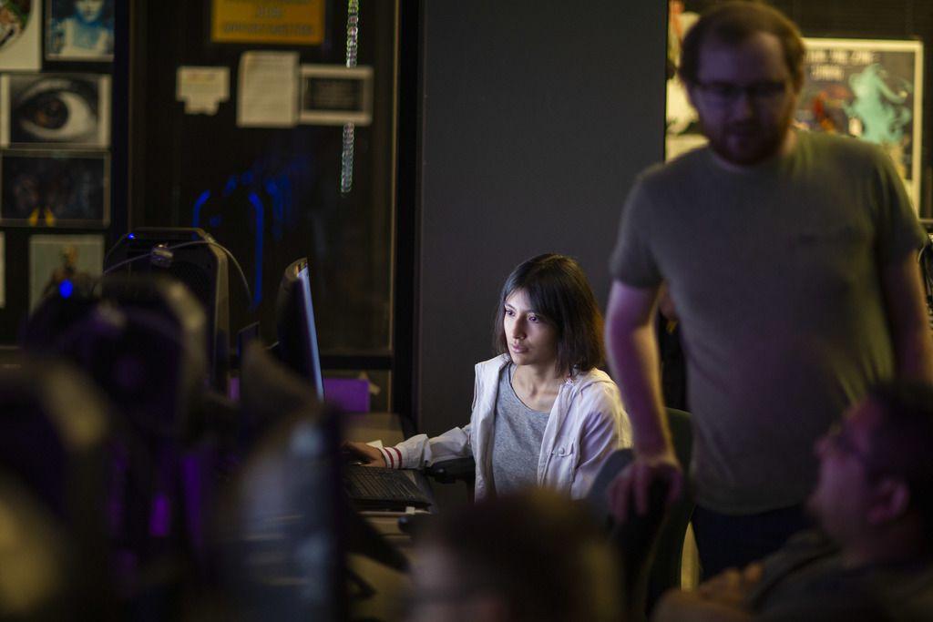 Annay González, de 19 años, trabaja cuatro horas al día en el diseño de un videjuego como parte de una clase en Richland college.