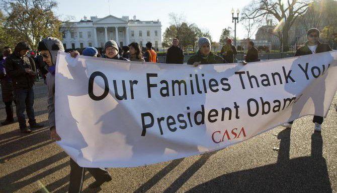 Simpatizantes del presidente Barack Obama muestran su agradecimiento al presidente por la acción diferida para indocumentados. (AP/JACQUELYN MARTIN)