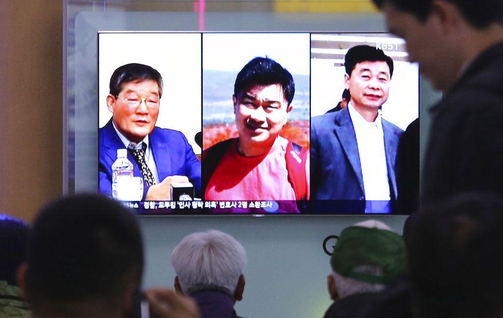 Foto tomada el 3 de mayo del 2018 en Seúl de una pantalla de televisión mostrando imágenes de tres estadounidenses detenidos en Norcorea: Kim Dong Chul (izq), Tony Kim y Kim Hak Song (der). (AP Photo/Ahn Young-joon)