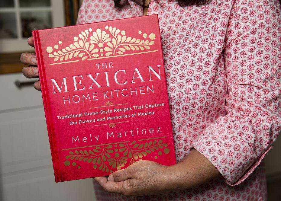 """Mely Martínez con su publicación """"Traditional Homestyle Mexican Recipes"""""""