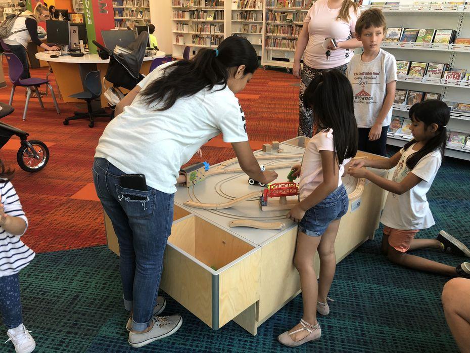 La biblioteca del centro de Arlington tiene un área de juegos para niños.