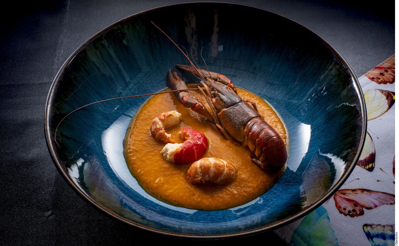 El huatape de acamayas lo logra al licuar los chiles, la cebolla, los ajos, y los jitomates hasta obtener una salsa homogénea. Calentar el aceite y freír la salsa. Dejar a fuego medio hasta tener una pasta espesa.