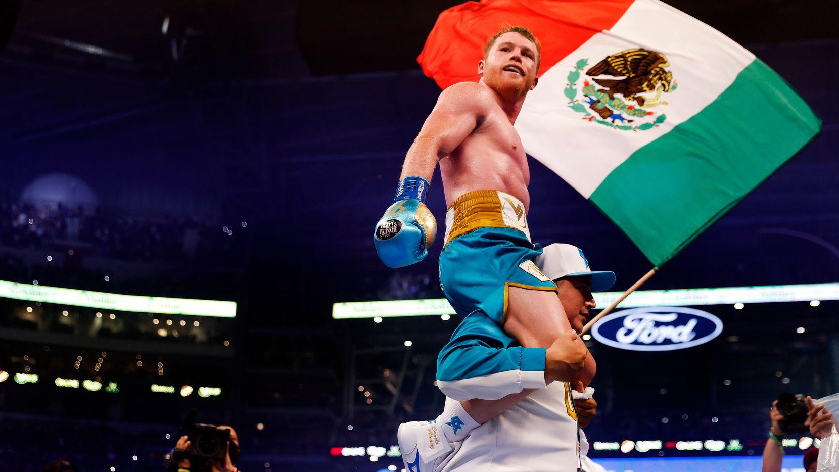 El boxeador Canelo Álvarez celebra después de derrotar a Billy Joe Saunders en el octavo asalto de su pelea por el título súper mediano en el AT&T Stadium en Arlington, el sábado 8 de mayo de 2021.