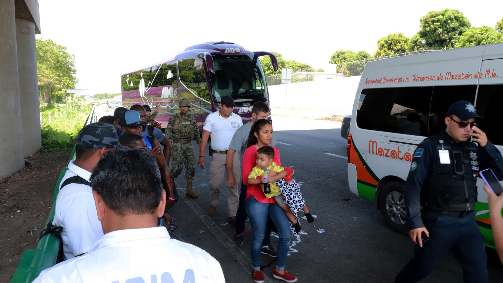 La Guardia Nacional de México y agentes del Instituto Nacional de Migración detienen a inmigrantes que viajan por autobús.(GETTY IMAGES)