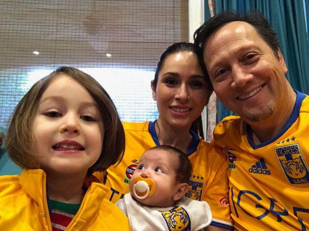 Rob Schneider y su familia con las playeras de los Tigres mirando la final del Apertura 2016. Foto del Twitter de Schnider.