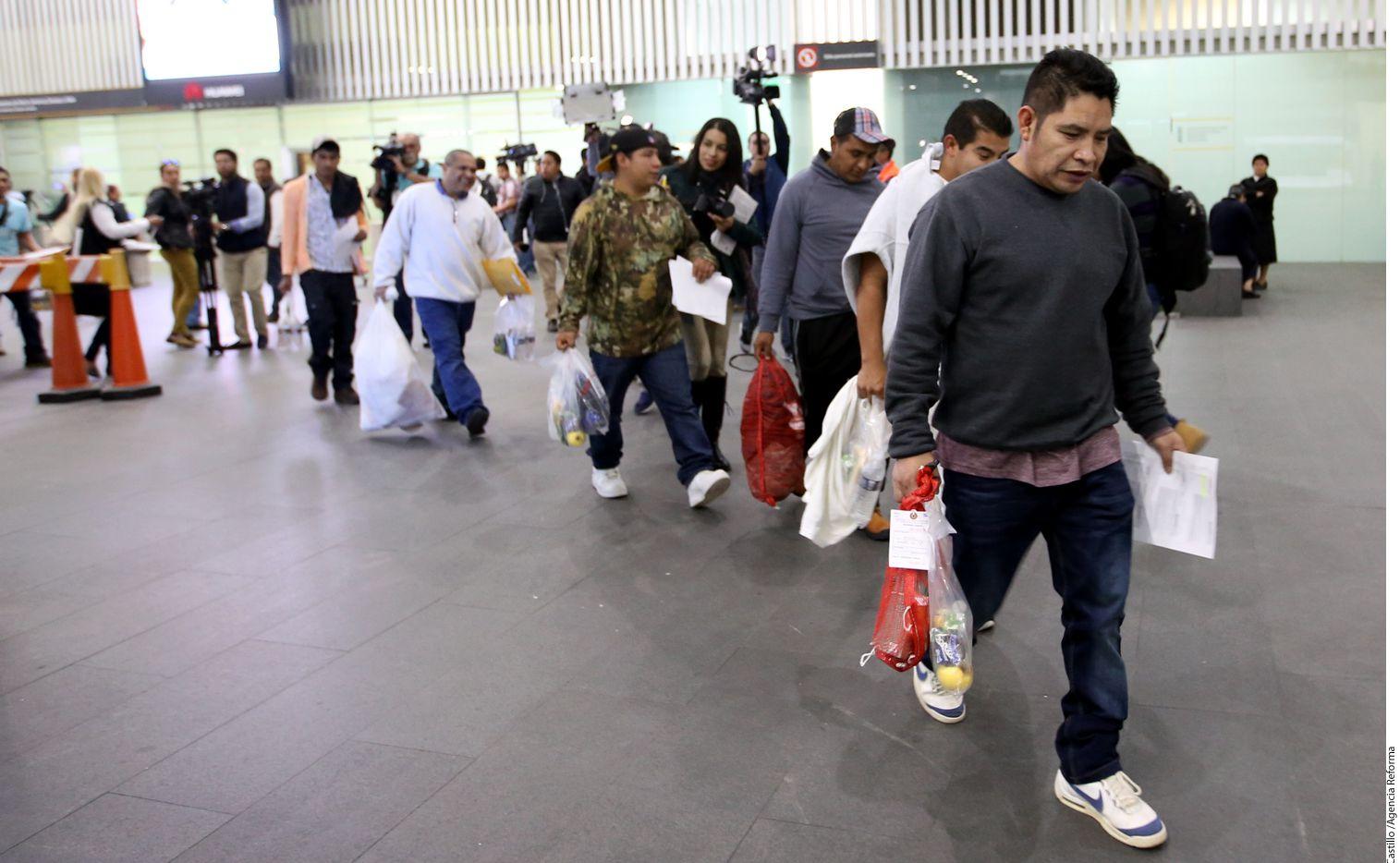 El último vuelo con migrantes mexicanos deportados de Estados Unidos por la gestión del Presidente Barack Obama llegó a la Ciudad de México./ AGENCIA REFORMA