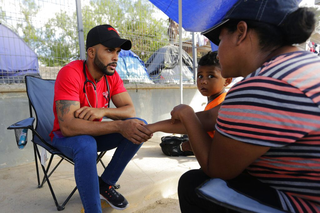 En esta foto del 6 de noviembre del 2019, Dairon Elisondo Rojas, un médico cubano que busca asilo en Estados Unidos, asiste a otros migrantes en una clínica improvisada en un campamento de refugiados en Matamoros, México.