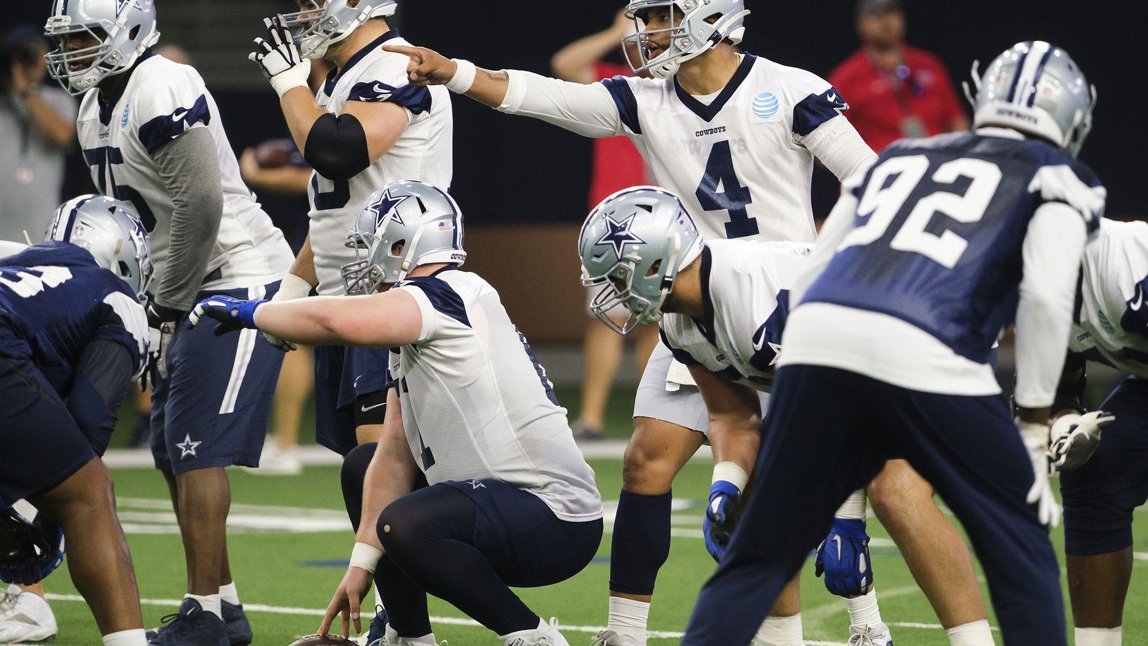 Dak Prescott (4) y los Dallas Cowboys abren sus puertas para recibir a fans en sus entrenamientos por siete días.