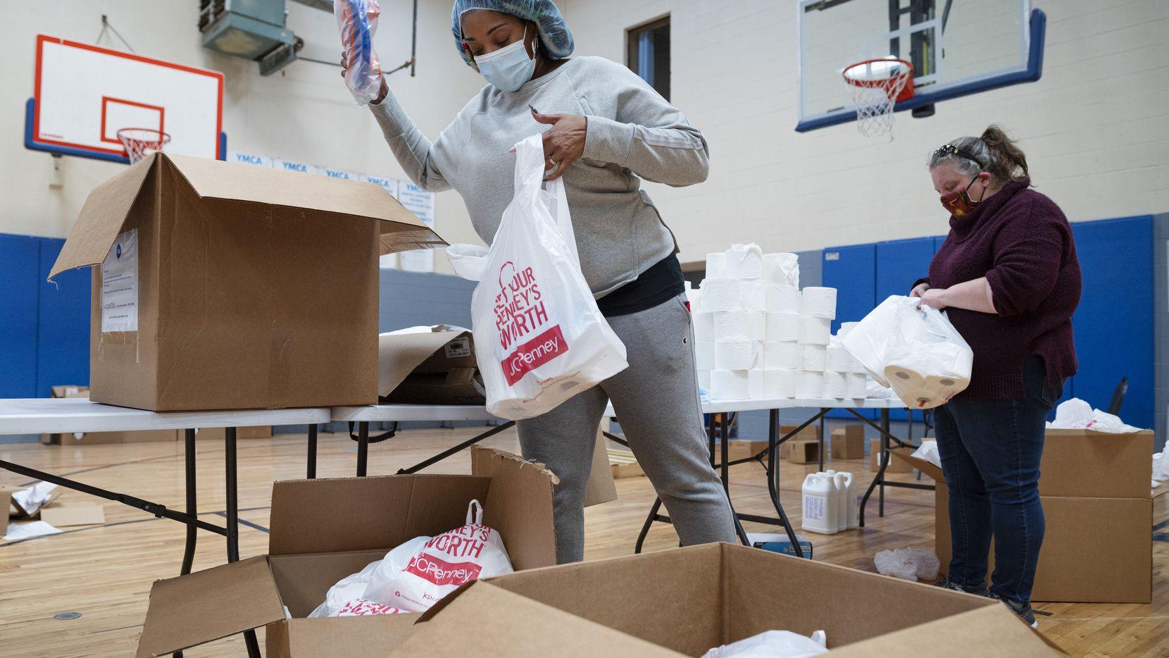 Rodrigua Ross, vicepresidenta de diversidad, equidad e inclusión de YMCA, ayuda a preparar un paquete con mascarillas, protectores y papel higiénico para ser donados a familias necesitadas. La filántropa MacKenzie Scott donó $10millones al YMCA de Dallas.