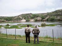 Agentes de la ley vigilan Una sección del Río Grande, cerca de Del Río, ciudad de Texas que colinda con Ciudad Acuña, México.
