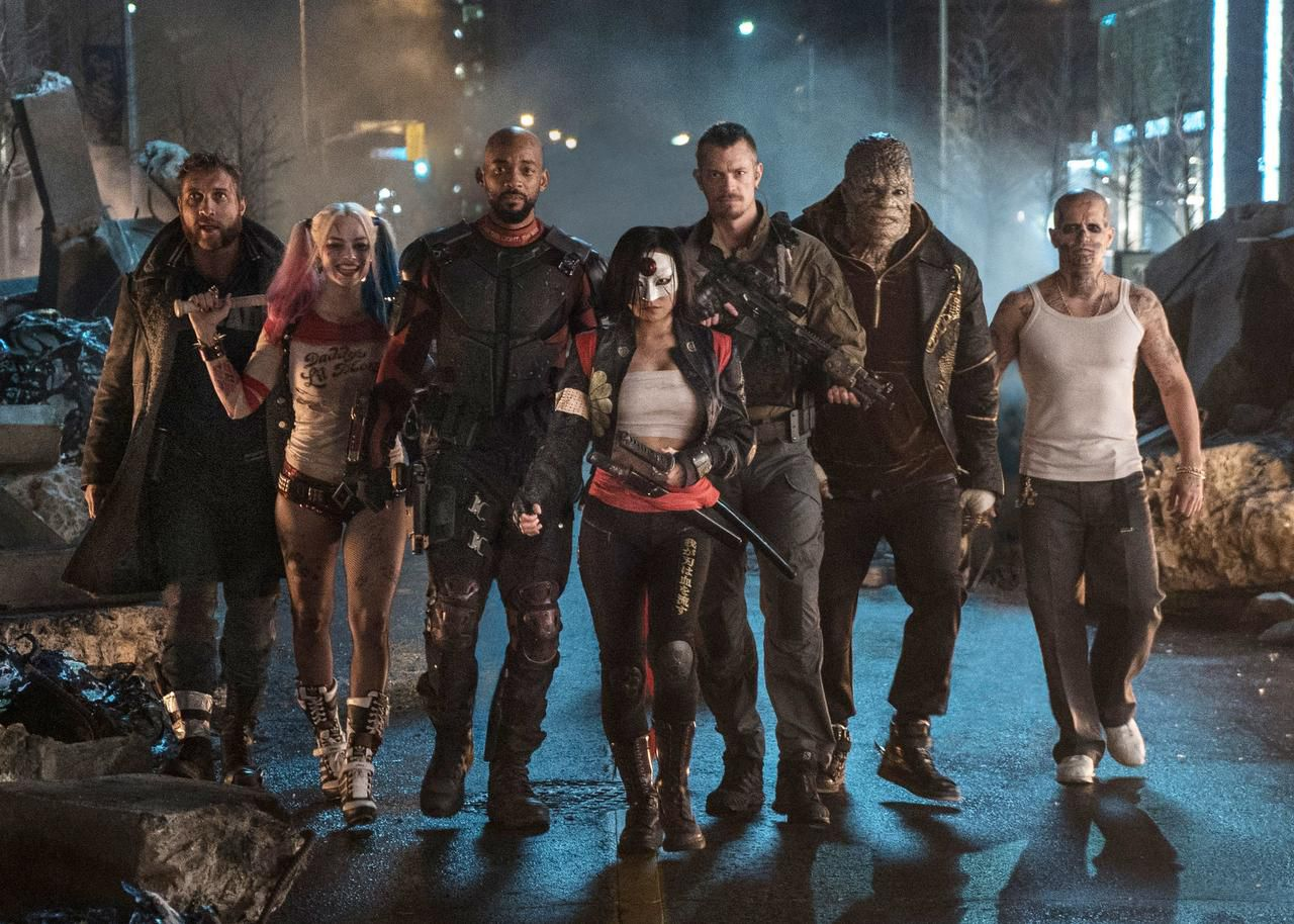 "(Desde izq.) Jai Courtney como Boomerang, Margot Robbie como Harley Quinn, Will Smith como Deadshot, Karen Fukuhara como Katana, Joel Kinnaman como Rick Flag, Adewale Akinnuoye-Agbaje como Killer Croc y Jay Hernández como Diablo, en una escena de ""Suicide Squad"". (AP/CLAY ENOS)"