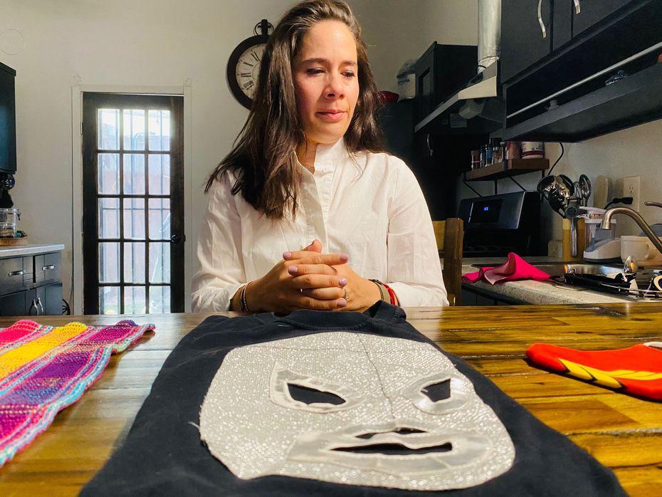 Adria González muestra la camiseta con la imagen de El Santo que ella portaba el 3 de agosto de 2019, el día de la masacre en El Paso. FOTO: Alfredo Corchado.