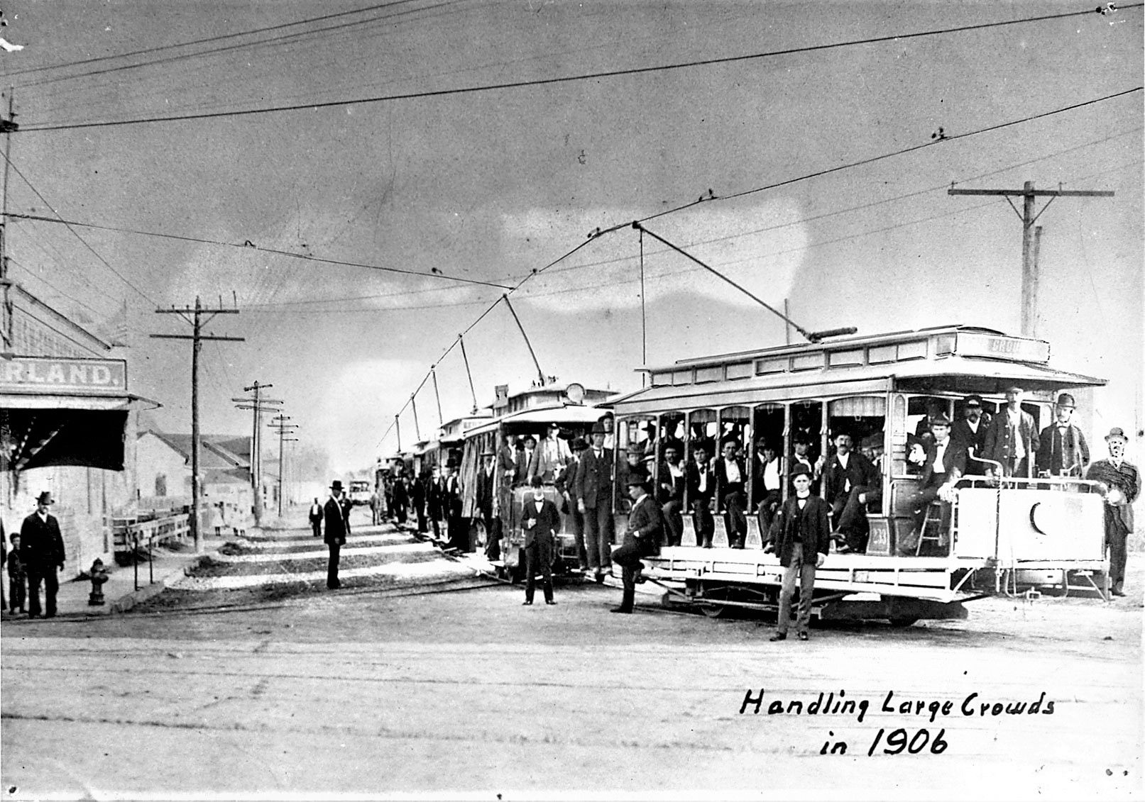 Streetcars filled up with passengers during the 1906 State Fair of Texas. Trolleys were often open-air to make riding during the Texas heat more tolerable.