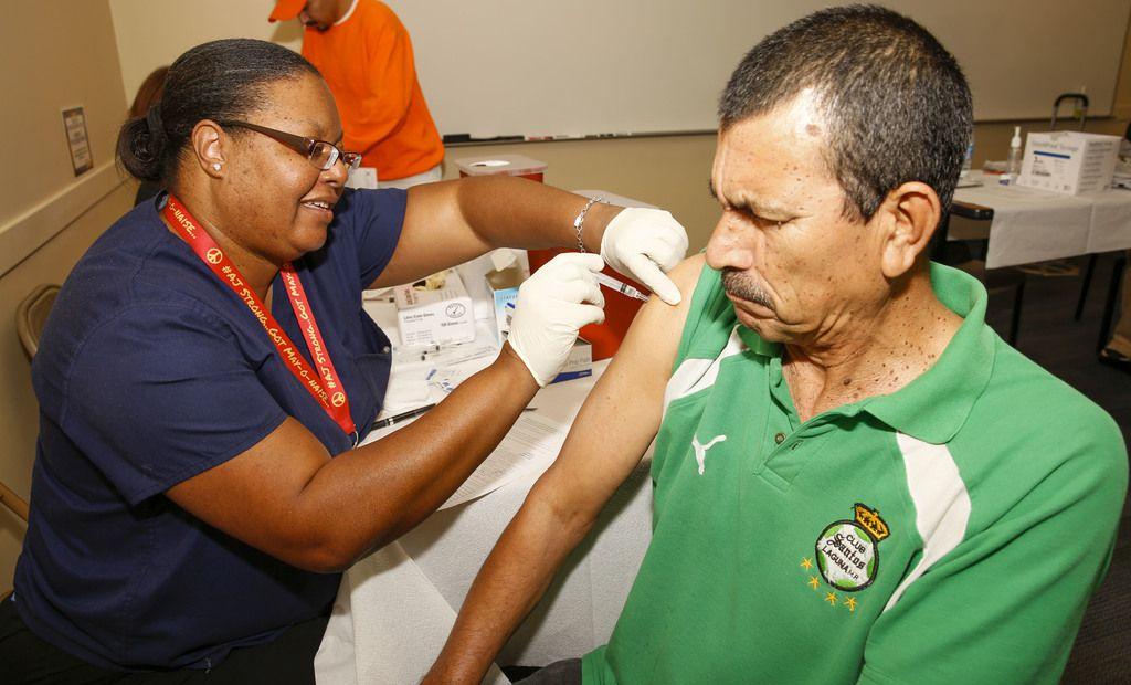 Gerard Rivas, de Dallas, recibe su vacuna contra la gripe en la unidad del DCHHS, durante la Feria Binacional de Salud el año pasado. Ahora se podrá recibir la vacuna en los sitios drive-thru para covid-19