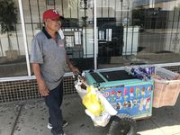 Bonifacio Almaraz recorre todos los días las calles de Dallas con su carrito de paletas heladas. El hombre originario de Guanajuato, México, dijo que no gana más de $35 al día.