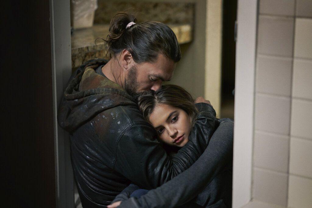 "En esta imagen difundida por Netflix, Jason Momoa e Isabela Merced en una escena de ""Sweet Girl""."
