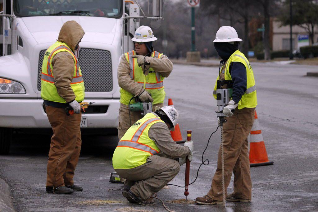 Atmos Energy crews investigate a gas leak on Jefferson Boulevard near South Polk Street in Oak Cliff on Feb. 11, 2014.