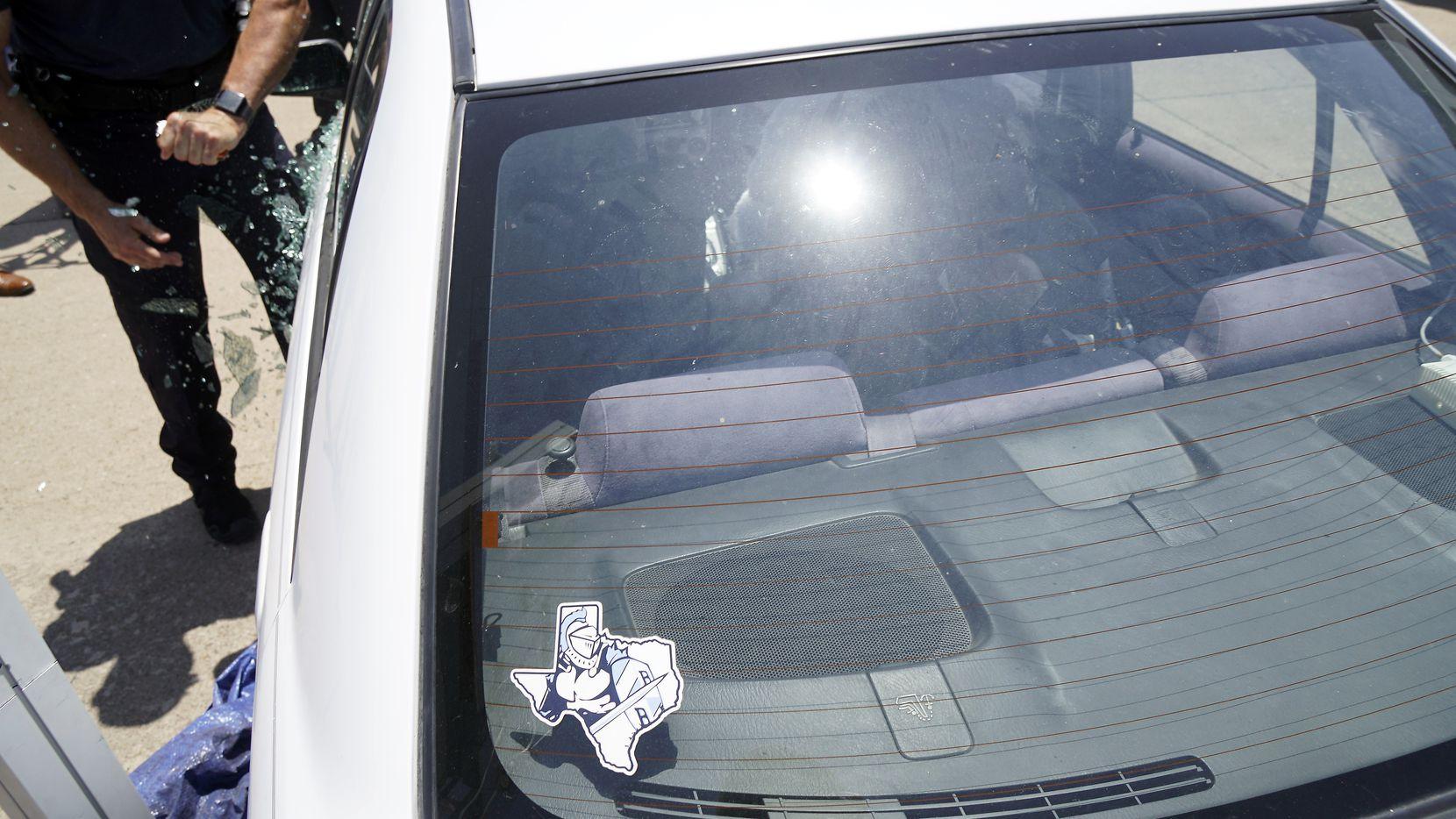 Un paremédico de MedStar en Fort Worth hace una demostración de cómo rescatar un niño dentro de un auto caliente por el sol.