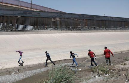 Un grupo de migrantes cruzar el Río Grande entre Ciudad Juárez y El Paso, Texas. (AP Photo/Christian Torres, File)