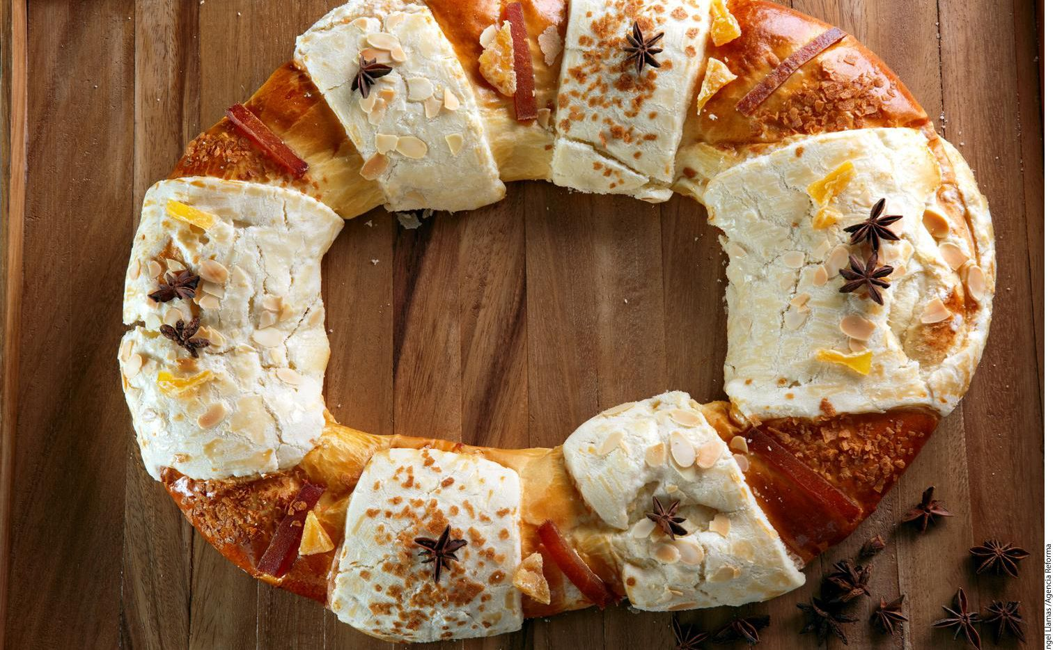 Una rosca de reyes preparada con dulce y fruta seca para adornar.(AGENCIA REFORMA)