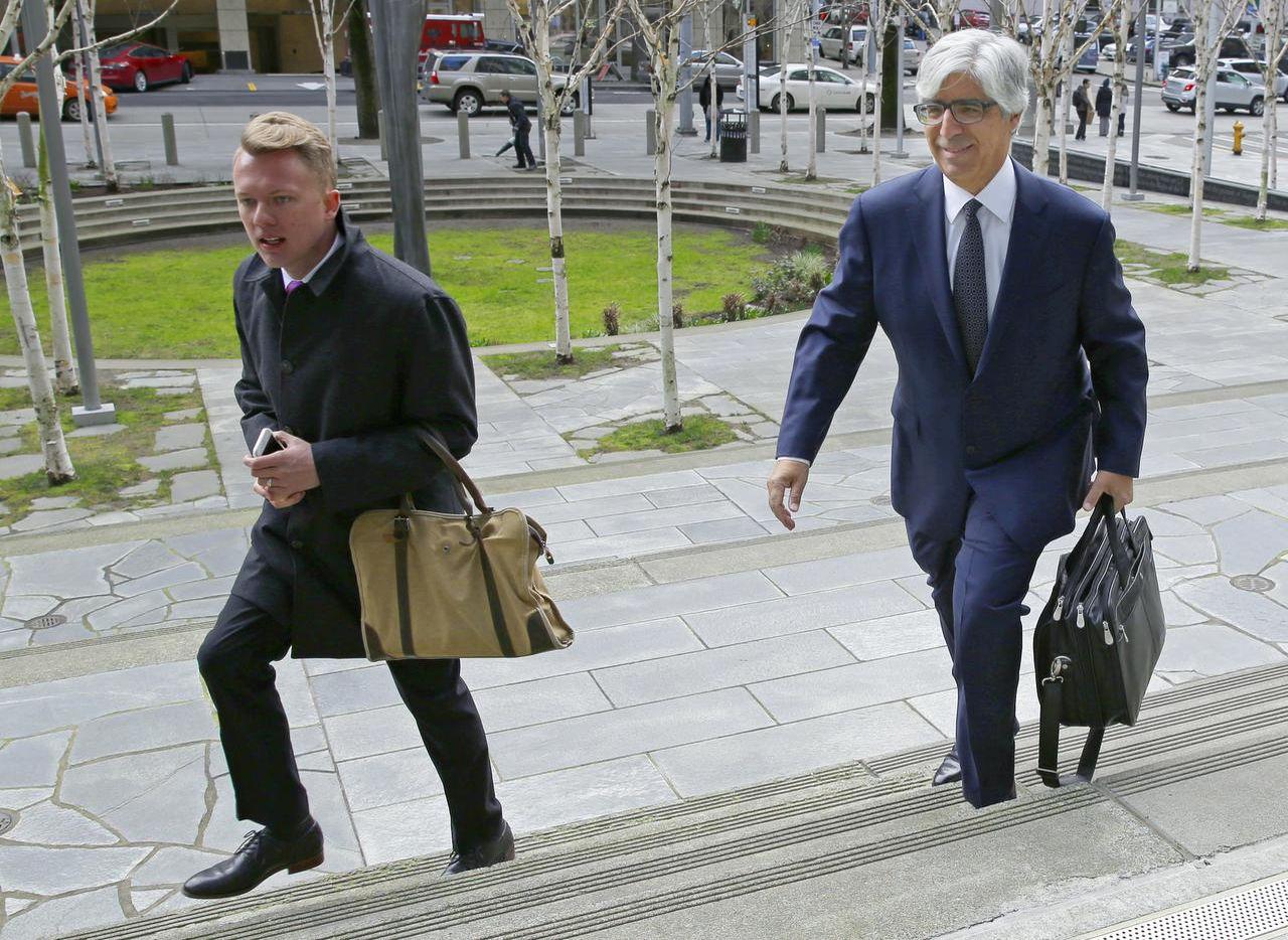 Mark Rosenbaum, derecha, abogado del dreamer mexicano Daniel Ramírez Medina, llega a una audiencia en la corte federal en Seattle. (AP/TED S. WARREN)