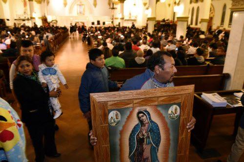 Esteban Pérez lleva consigo una imagen de la Virgen de Guadalupe la Catedral Santuario de Guadalupe. BEN TORRES/DMN