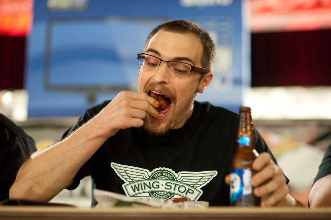 Tyson Henry muestra sus habilidades consumiendo alitas picants en ZestFest. Henry ha sido finalista o ganador de algunas ediciones.