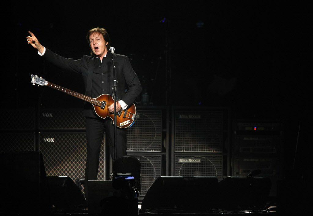 En esta fotografía de archivo del 19 de agosto de 2009 se ve a Paul McCartney saludando a la audiencia en un concierto que dio en el estadio AT&T en Arlington.