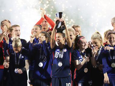 La selección femenil de Estados Unidos levanta el trofeo de la SheBelieves Cup que ganó tras vencer a Japón, el miércoles en el Toyota Stadium de Frisco.