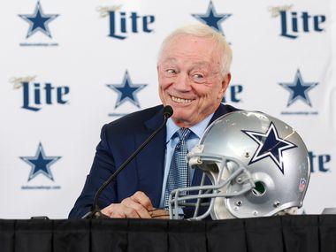 El dueño de los Dallas Cowboys sonríe durante una conferencia de prensa que ofreció el 8 de enero de 2020 en The Star de Frisco.