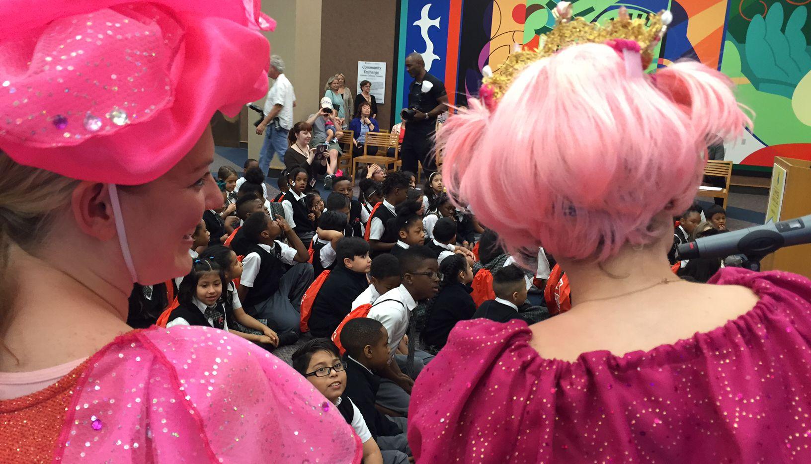 Estudiantes de la Pegasus School of Liberal Arts & Sciences, una escuela charter, participaron en el lanzamiento del Club de Lectura de Verano, auspiciado por la Alcaldía de Dallas. (AL DÍA/ANA AZPÚRUA)