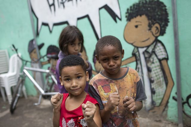 Niños muestran lo que aprendieron en una escuela de box en la favela Ciudad de Dios.
