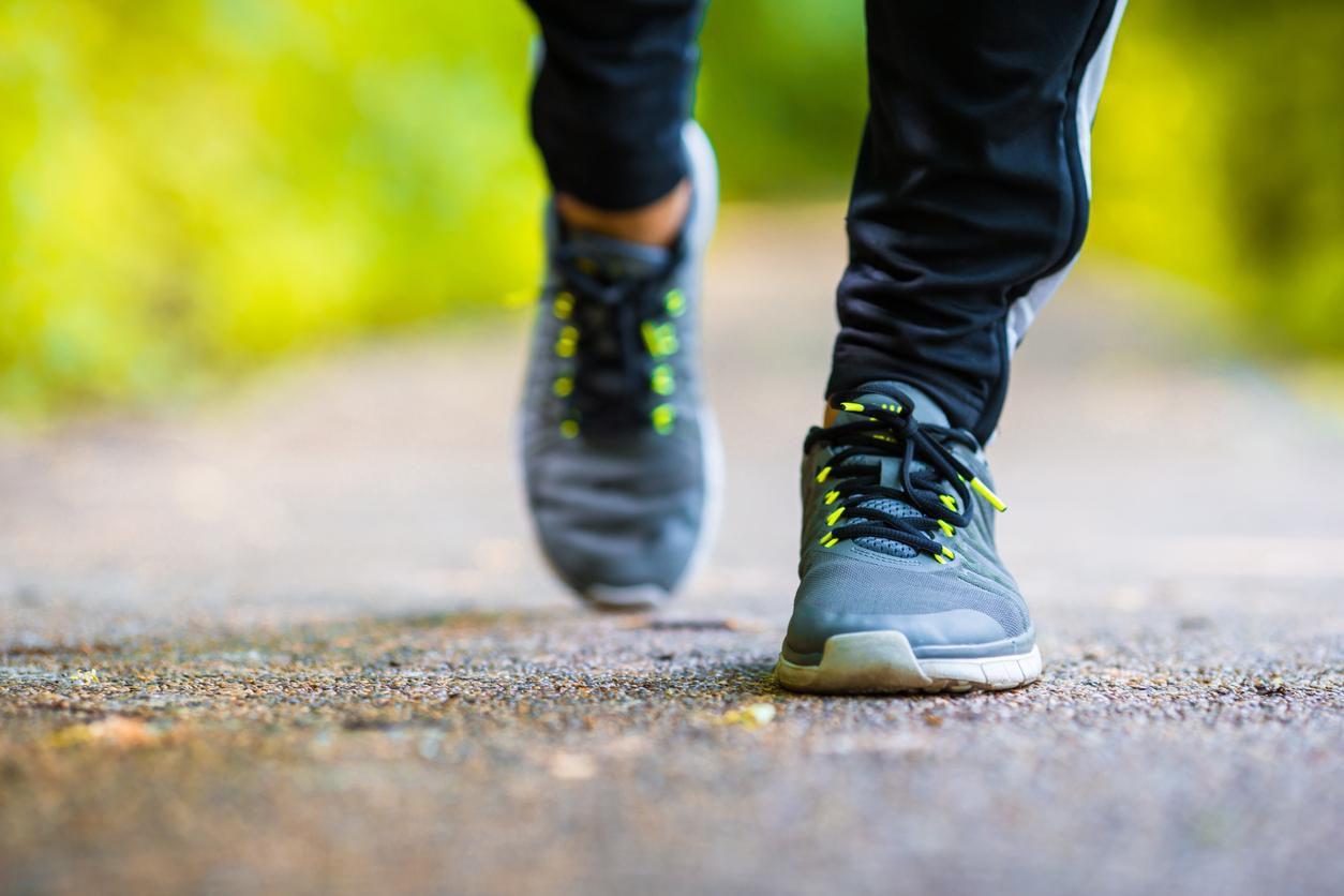 Caminar  es una forma eficiente de fortalecer el cuerpo y mantener hábitos saludables. GETTY IMAGES