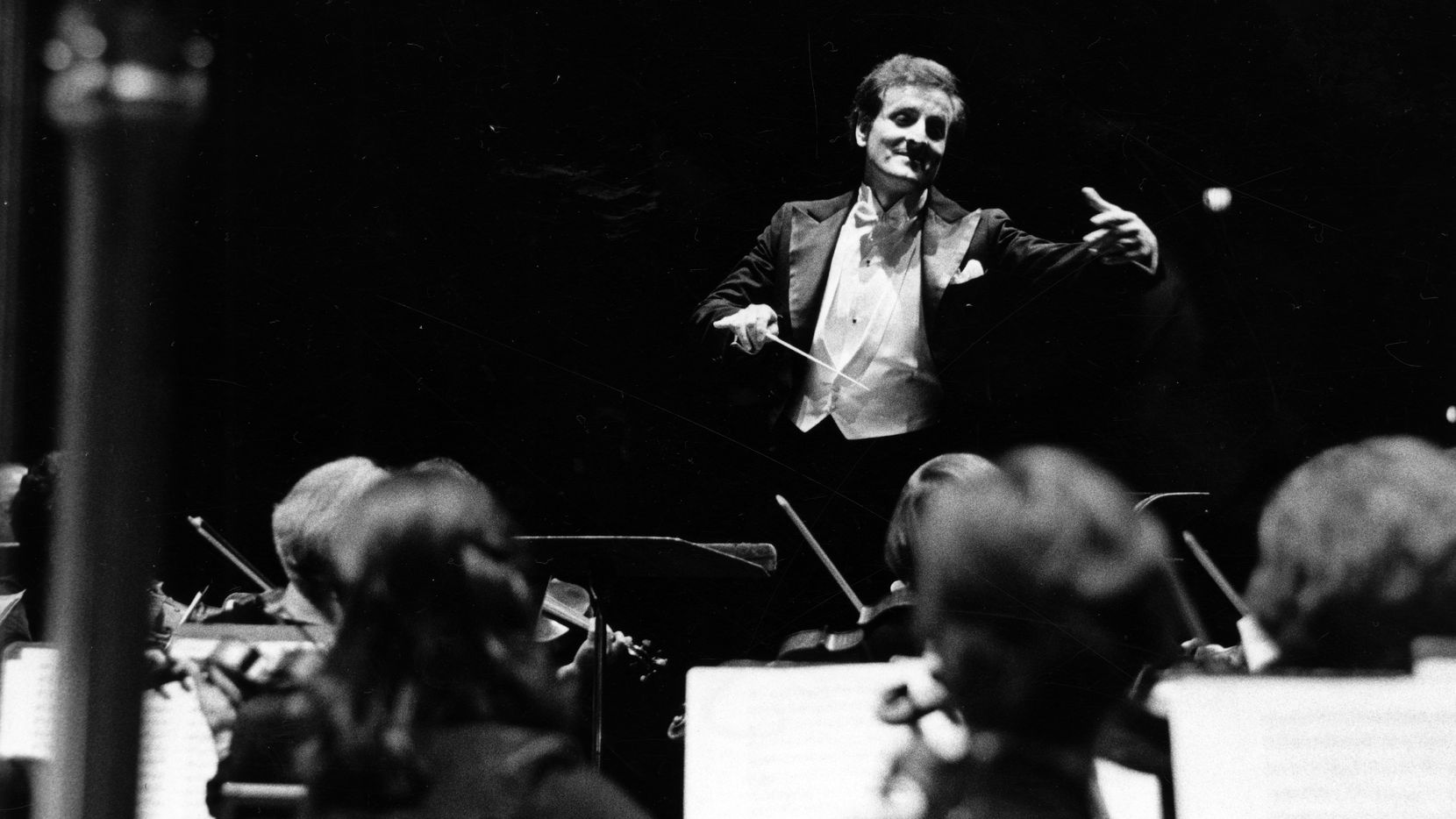 Foto de archivo de: Dallas Public Library - Texas/Dallas History y The Dallas Morning News Collection del 1 de septiembre de 1978 donde se ve a Eduardo Mata con la   Dallas Symphony Orchestra.